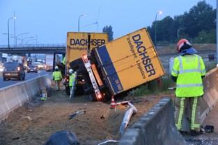 Zware ochtendspits op E17: vrachtwagen door vangrail aan afrit Kruibeke