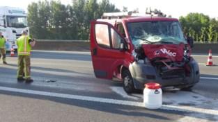 Bestelwagen rijdt in op vrachtwagen: twee lichtgewonden
