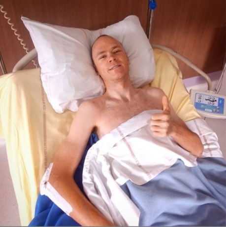 """1 jaar na de crash in de Dauphiné bedankt Chris Froome zijn dokter: """"Zoveel aan hem te danken"""""""