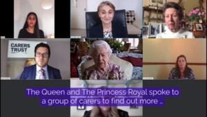 Nooit te oud om te leren: Queen doet voor eerst in haar leven een videocall met publiek