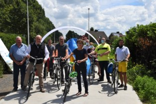 Weer stukje fietssnelweg tussen Zelzate en Antwerpen klaar: deel door Kloosterbos officieel ingefietst