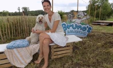 Boekingsagente Kim en hond Bruno verkopen ijsjes in pop-upbar