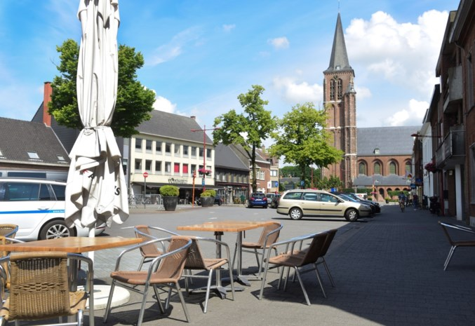 """Dorpsplein wordt groot terras van donderdag tot zondag: """"Er gaan parkeerplaatsen verloren, maar ik denk niet dat het vervelend wordt"""""""