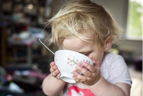 Op pad met speelgoedbuggy en niet plots op dieet: zo vermijd je dat je peuter obees wordt