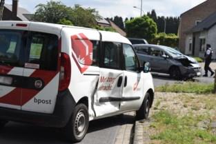 Auto botst tegen postwagen