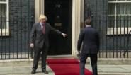 Erg enthousiaste Emmanuel Macron begroet Boris Johnson, maar wordt meteen de les gelezen