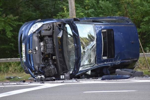 Peugeot eindigt na inhaalmanoeuvre op zijkant: Franse bestuurder gewond