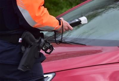 Politie zet auto's langs de kant om burgers te informeren over noodnummer