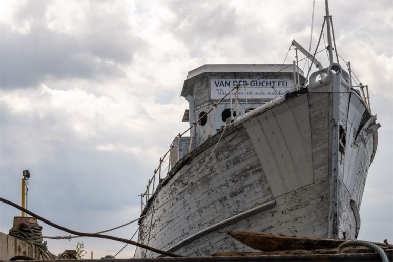 Historische mijnenveger versleept naar sloopbedrijf in Hoboken