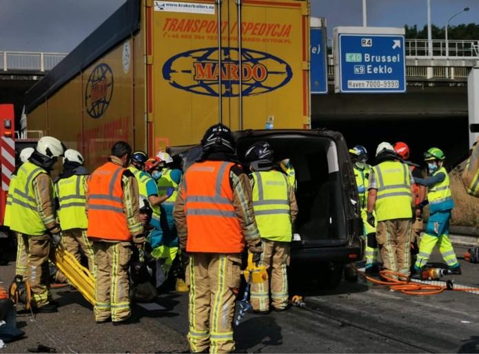 E17 richting Gent nog maar eens versperd na zwaar ongeval in staart file: bestuurder bestelwagen zwaargewond