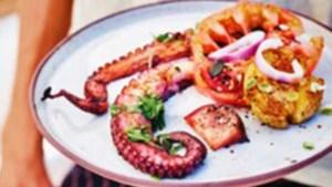 Recept voor barbecue: gegrilde inktvis met smashed potatoes, tomatensalade en aioli