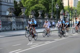 """Zopas 75 geworden, maar Eddy Merckx voert peloton aan voor testrit door hoofdstad: """"Hem voorbijsteken zal niet lukken"""""""