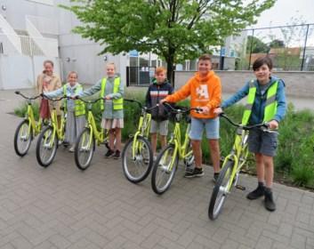 Drie scholen krijgen elk twee fietsen voor kansarme leerlingen