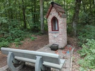 Vandalen vernielen boskapelletje in Achel