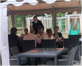 """Brasserie nog maar net weer open, en plots zit er héél hoog bezoek op het terras: """"We wisten even niet wat ons overkwam"""""""