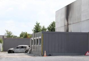 Brandende barbecue vernielt auto en aanbouw van bedrijfspand