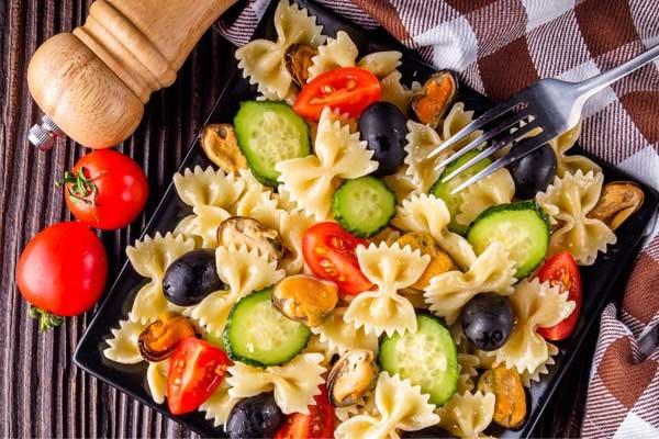 Recept voor barbecue: pastasalade met feta en spinazie