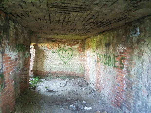 """Oorlogsbunker besmeurd met graffiti: """"Van historisch erfgoed moet je met je pollen afblijven"""""""