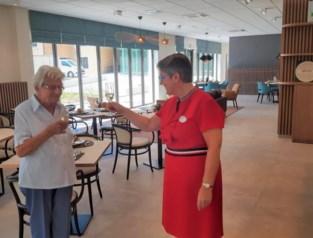 """Rita (91) na maanden uitstel eerste bewoonster van nieuw woon-zorgcentrum: """"Thuis was ik bang voor corona, maar hier zal goed voor me gezorgd worden"""""""