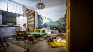 Een vintage klimrek, een turnmat en een accentmuur: Ellen creëerde voor 500 euro een kinderparadijs voor Helena (4) en Linus (2)