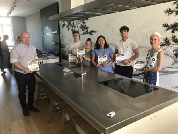 """Vier jongeren brengen kookboek 'Wereldsmaken' op de markt: """"Het is niet enkel voor topkoks"""""""