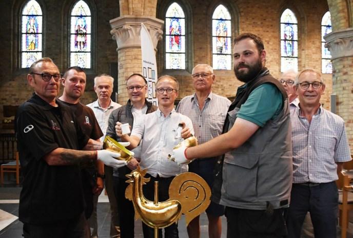 """Vernieuwde kerktoren krijgt gouden bol met geheime boodschap die pas binnen honderd jaar geopend mag worden: """"De inhoud is een goed bewaard geheim"""""""