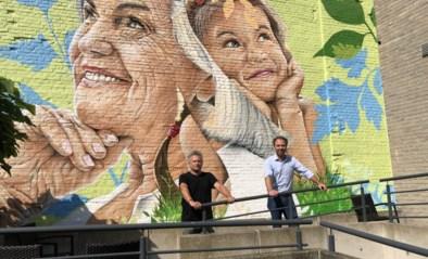 Jong en oud naast elkaar op muur tussen jeugddienst en woonzorcentrum