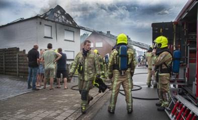 Dak van woning gaat in vlammen op door blikseminslag, ook vannacht en zaterdag nog onweer mogelijk