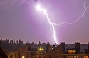 Blikseminslag op elektriciteitsmast zorgt voor schade bij omwonenden