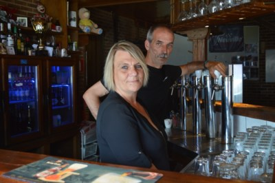 """Café-uitbaters Dirk (50) en Annick (48) uit woning en zaak gezet: """"Gehoopt dat een van onze negen kinderen het café zou overnemen, maar het mocht niet zijn"""""""