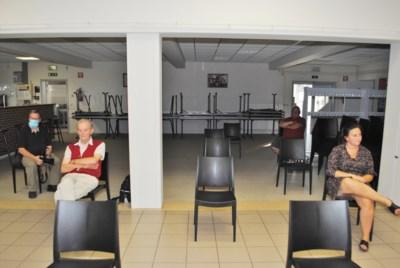 Slechts vier trouwe toehoorders volgen eerste publieke raadszitting in zaal Den Berg