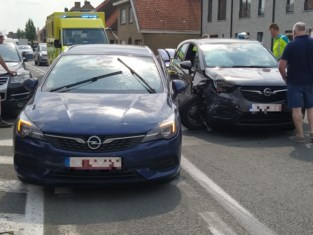 74-jarige vrouw lichtgewond bij aanrijding met twee wagens