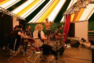 Festival denderend KLEIN reikt artiesten de hand
