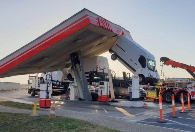 Bizarre beelden: vrachtwagen sleurt dak van benzinestation mee