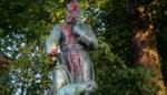 Standbeeld pater De Deken op De Bist beklad met rode verf