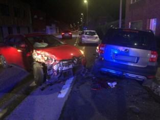 Auto ramt twee geparkeerde wagens