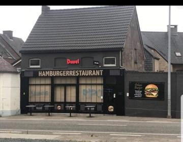"""Voorgevel van pas geopend hamburgerrestaurant beklad met graffiti: """"We snappen het niet, we kregen alleen positieve reacties"""""""