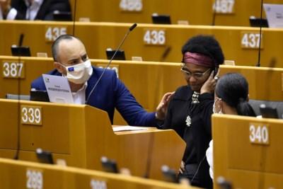 """Europarlementslid zelf aangeklaagd nadat ze """"racistische Belgische agenten"""" uitschold: """"Ze gedroeg zich als een klein kind"""""""