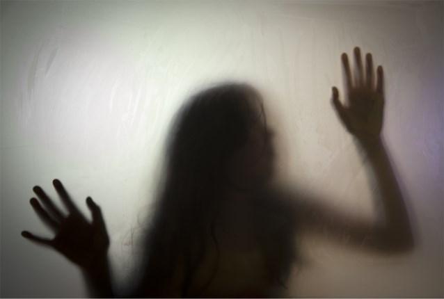 Jongeman randt twee vrouwen aan in toiletten van café