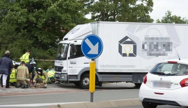 Bromfietsster raakt zwaargewond nadat ze met benen onder vrachtwagen belandt