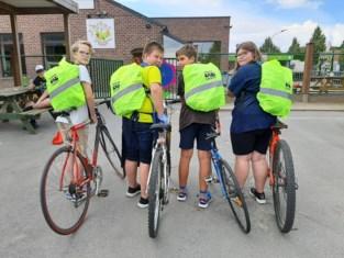 Leerlingen basisscholen krijgen fluorescerende rugzakhoezen