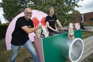 Chocoladegigant stuurt favoriete liedjes van liefst 4.000 medewerkers de ether in, en dat vanuit een Torhoutse tuin