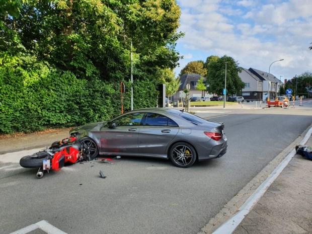 Twee motorrijders gewond na botsing met wagen
