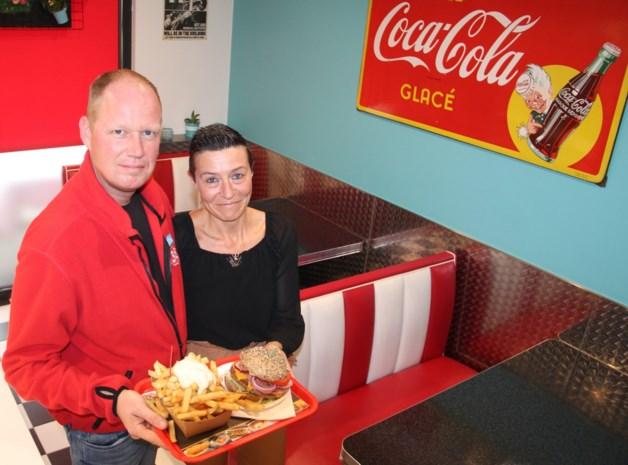 """Kris en Cindy bouwden hun garage op Franse grens om tot frituur Route 38: """"Fransen zijn goed in stokbrood bakken, maar frieten zijn nog altijd onze specialiteit"""""""