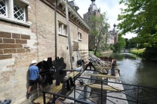 Rad van historische watermolen aan Arenbergkasteel gerestaureerd