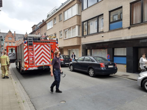 Bewoner sticht brandje in appartement