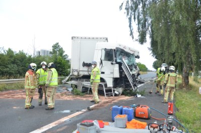 Spectaculaire klap op N60: vrachtwagen gaat door middenberm en ramt aanhangwagen