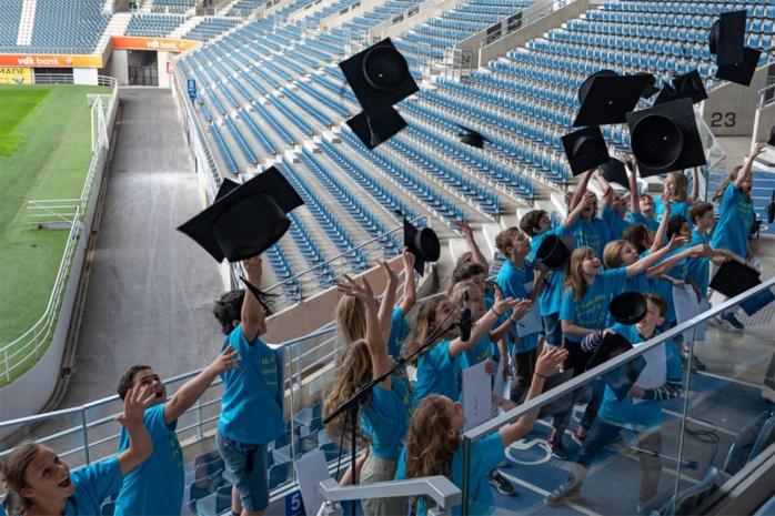 In de drive-in, kerk of Ghelamco Arena: Scholen vieren proclamatie in coronastijl