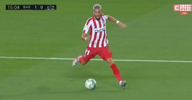 Heisa in Spaanse topper: Carrasco dwingt penalty af na fantastische run, Atlético mag twee keer proberen van de VAR
