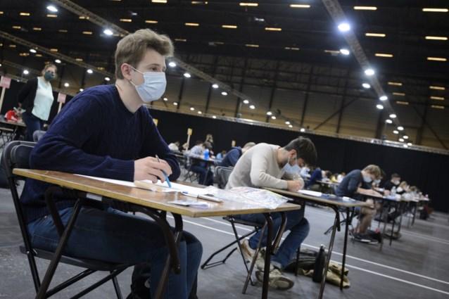 """Afgestudeerde jongeren laten laatste lange vakantie voor wat het is: """"Er is een grote angst om geen job te vinden"""""""